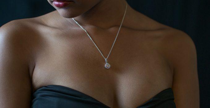 bijoux précieux dans le cou